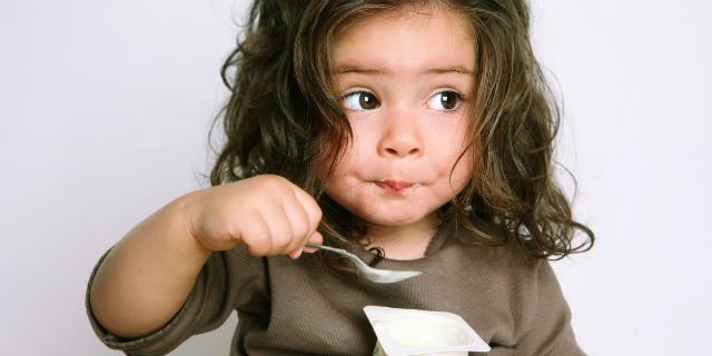 bambina mangia abbastanza
