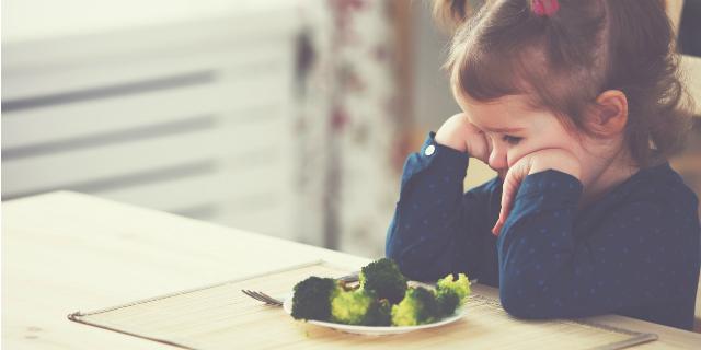 """""""Mio figlio non mangia abbastanza"""": perché spesso non è vero, e cosa fare"""