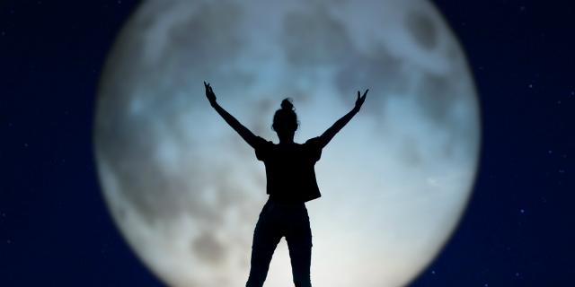 Incinta con la luna, quel falso mito da sfatare (una volta per tutte)