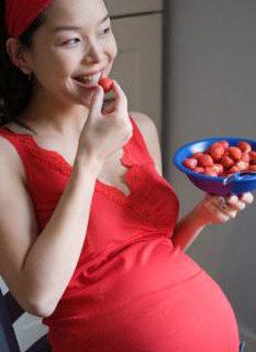 Alghe marine, gelato e fragole in gravidanza: gli effetti