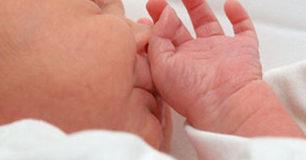 Incredibile scambio di bambini in ospedale, la mamma se ne accorge solo a casa