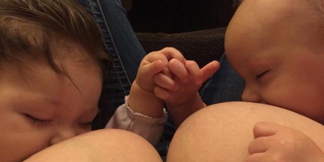 Mamma allatta i bimbi e Facebook le blocca il profilo