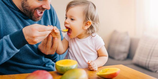 Iniziare lo svezzamento (anche) con la frutta: i consigli