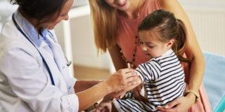 Vaccini: per il 64 per cento delle mamme dovrebbe essere il pediatra a vaccinare i propri i figli