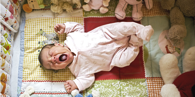 """Sindrome del bambino scosso: perché non bisogna """"scuotere"""" un bimbo che piange"""