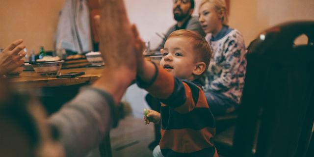 8 modi (ironici) per sfruttare tuo figlio e migliorarti la vita