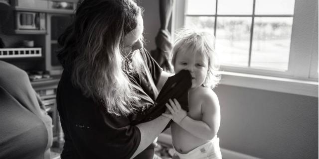 La vera vita di una mamma: 10 scatti senza filtri raccontano la maternità