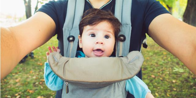 Portare il bambino, marsupio o fascia? Le 6 regole da sapere (e quale scegliere)