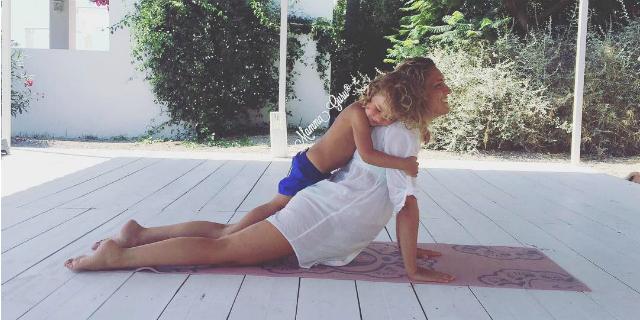"""Lo yoga di Mamma Guru: """"Cosa significa essere una 'mamma ad alto contatto'"""""""