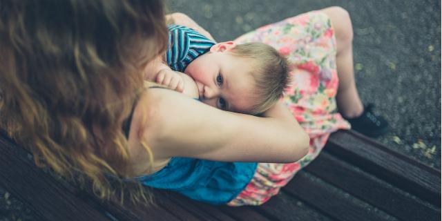 """Mamma allatta in pubblico e viene allontanata dal ristorante """"per decenza"""""""
