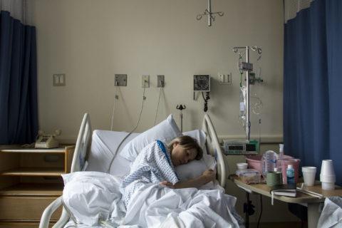 """La fotografa che riesce a mostrare il """"male invisibile"""", l'endometriosi"""