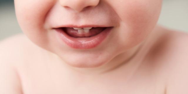 Dentizione neonati, come comportarsi: sintomi e rimedi