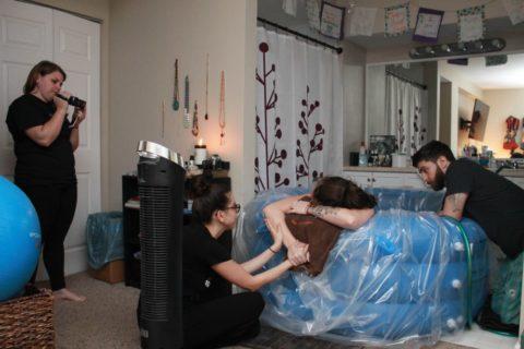 """Com'è nascere in casa? Le fotografie che raccontano un parto """"intimo"""""""