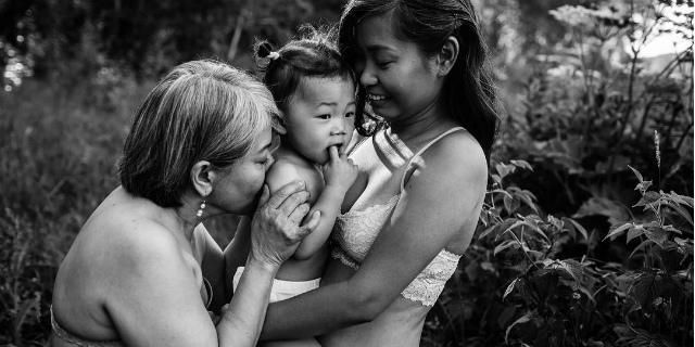 """""""I social odiano la maternità"""", due fotografe contro la censura del post partum"""
