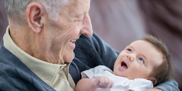 """Papà e mamma mi mancate, ma che bello vedervi """"nonni"""" dei miei figli"""