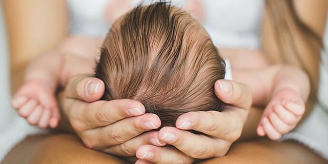"""Se la testa del bambino si """"deforma"""": cos'è la plagiocefalia e come prevenirla"""
