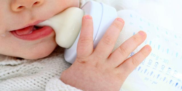 Latte in polvere: come scegliere e preparare il latte artificiale