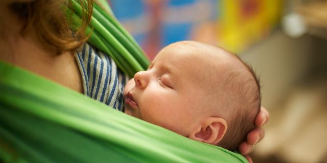 Come indossare la fascia porta neonato e quali modelli scegliere
