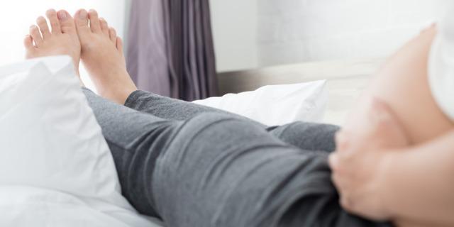 Piedi gonfi in gravidanza: cause, rimedi, complicazioni