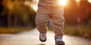 Primi passi: consigli per aiutare i bambini a camminare