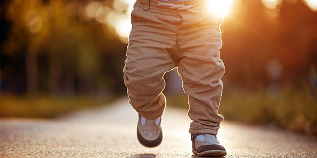 Primi passi: cosa fare (e cosa non fare) per aiutare i bambini a camminare