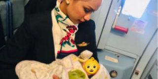 La neonata ha fame in volo ma il latte è finito, la allatta la hostess