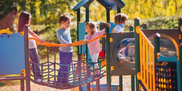 genitori al parco giochi
