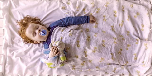 bambino dorme con doudou