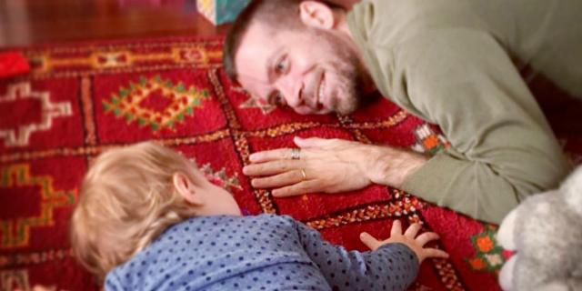 """""""La bambina ovunque"""", storia della nascita di un padre"""