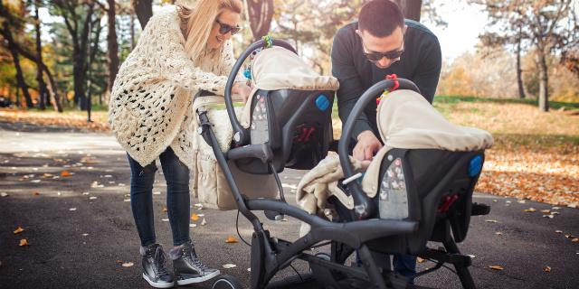 Tandem, di fronte o affiancati: come scegliere i passeggini gemellari