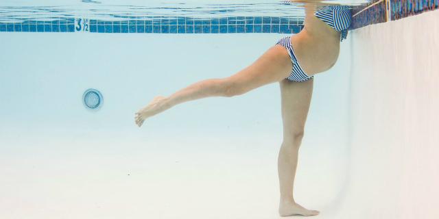 """""""La ginnastica acquatica in gravidanza riduce il dolore del parto"""": lo studio"""