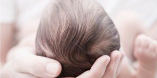 Capelli dei neonati: quando crescono e come lavarli