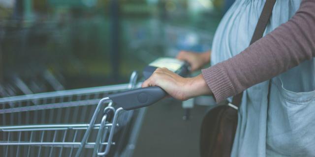 Le 6 cose che solo una donna incinta in coda al supermercato può capire