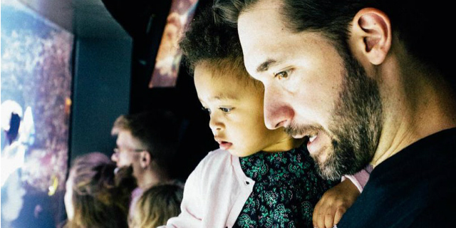 """""""Uomini, andate in congedo di paternità"""": la lettera di Alexis Ohanian"""