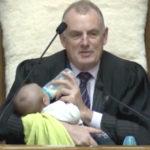 In Nuova Zelanda il presidente della Camera allatta il figlio di un collega