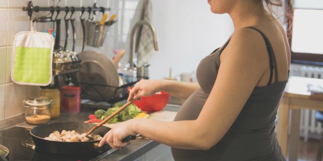 Listeria in gravidanza: i rischi e i 6 alimenti da evitare