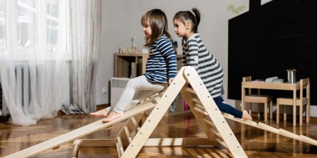 """Triangolo di Pikler: la """"scala"""" che permette al bambino di muoversi in libertà"""