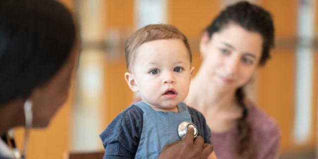 """Laringospasmo nei bambini: cos'è quella tosse """"strana"""" che spaventa"""