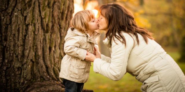 Baci in bocca ai figli, perché non si devono dare: il parere della psicologa