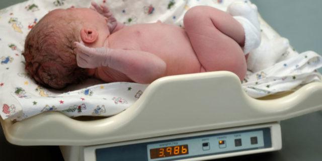Crescita neonatale: come cambiano i bambini nei primi mesi di vita (le tabelle)