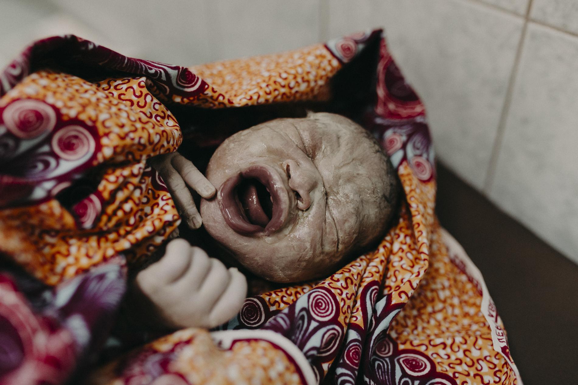 Essere una mamma in Burkina Faso: la potenza del parto in 13 foto meravigliose