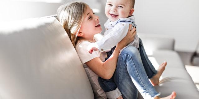 Il rapporto tra fratello e sorella tra gelosia, complicità e affetto