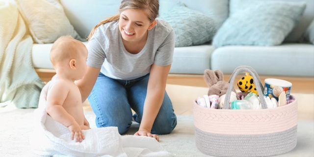 Regali utili per mamma e bebè: i consigli per riempire il cesto nascita