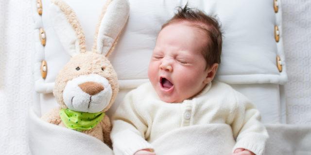 Calde e avvolgenti: i consigli (pratici) per scegliere la coperta per neonato