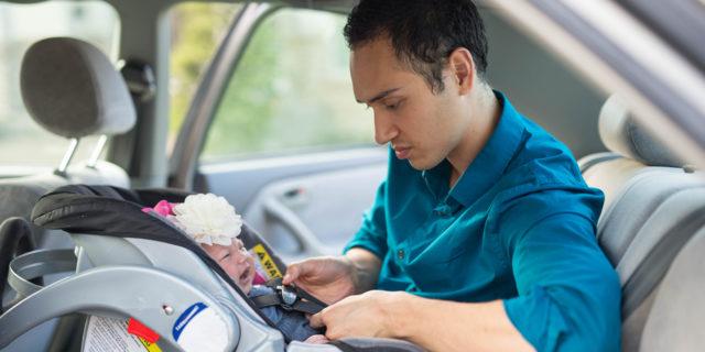 Bimbi in auto e sicurezza: come usare (bene) l'ovetto per neonato
