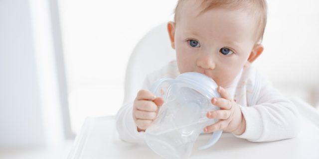 Acqua ai neonati: quando iniziano a bere?