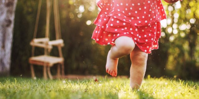 Il legame tra bambini e natura, un contatto che fa bene e stimola la crescita