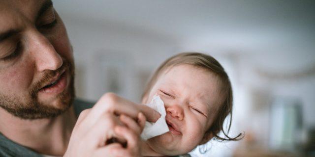 Come affrontare il raffreddore del neonato con i consigli dello specialista