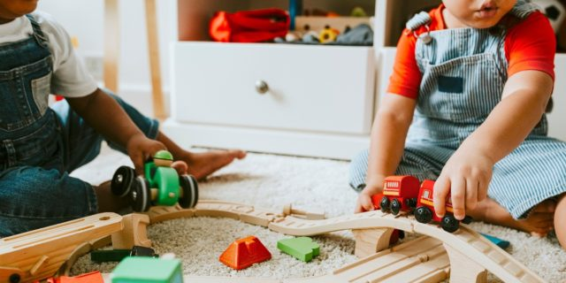 Di quali giocattoli hanno (davvero) bisogno neonati e bambini? I consigli