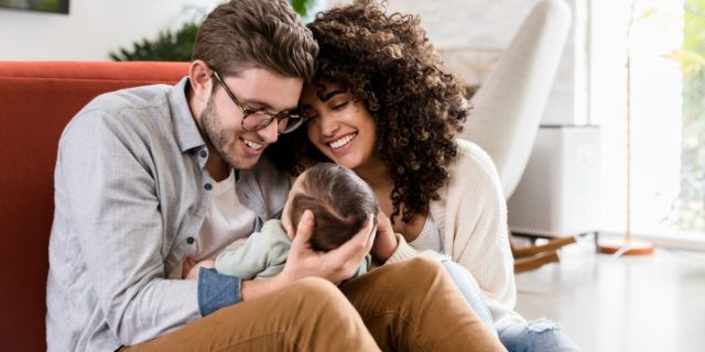 Di cosa hanno (davvero) bisogno i genitori dopo l'arrivo di un bimbo